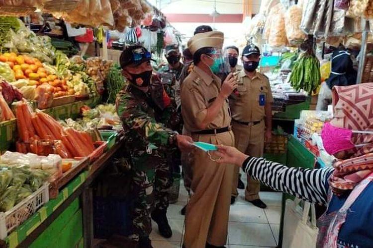 Bupati Semarang Mundjirin memimpin razia masker di Pasar Bandungan.