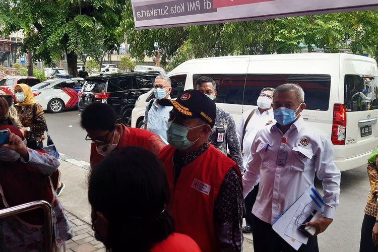 Menteri Koordinator Bidang Pembangunan Manusia dan Kebudayaan Muhajir Effendy saat meninjau pelaksanaan donor plasma konvalesen di PMI Solo, Jawa Tengah, Jumat (29/1/2021).