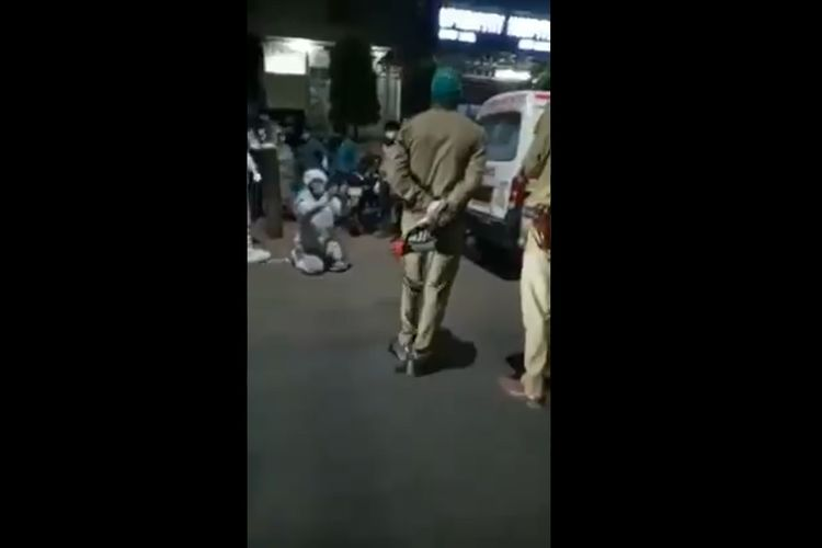 Potongan gambar di Twitter menunjukkan seorang pria berlutut dan menangis di hadapan polisi Agra, India, karena penegak hukum disebut menyita oksigen dari ibunya dan diberikan ke pasien Covid-19 VIP. Ibunya pun meninggal dua jam kemudian.