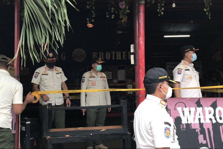 Satpol PP DKI Jakarta menutup Waroeng Brothers Coffee & Resto di Jl. Kemang Selatan VII B, Kebayoran Baru, Jakarta Selatan secara permanen pada Jumat (11/12/2020) sore imbas adanya pelanggaran protokol kesehatan.