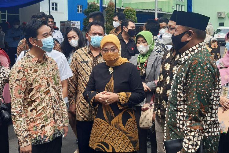 Menteri Ketenagakerjaan Ida Fauziah didampingi Wali Kota Solo Gibran Rakabuming Raka dalam pembukaan 'Pelatihan Berbasis Kompetensi' di Balai Latihan Kerja (BLK) Solo, Jawa Tengah, Rabu (10/3/2021).
