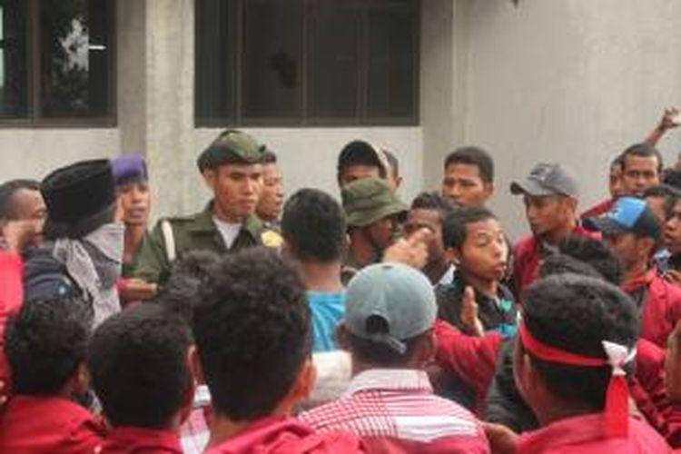 Mahasiswa Universitas Darusalam Ambon terlibat baku hantam dengan anggota Resimen Mahasiswa dalam unjuk rasa untuk menuntut rektor mundur, Senin (28/10/2013).
