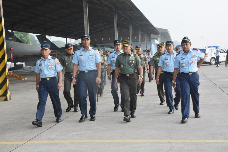 Panglima TNI, Jenderal TNI Gatot Nurmantyo mengunjungi Lanud Iswahjudi mengecek kesiapan peralatan dan fasilitas untuk mendukung kegiatan latihan dan operasional TNI AU, Jumat ( 28/4/2017).