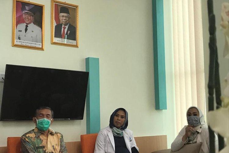 Bupati Karawang Cellica Nurrachadina (kanan) saat mengunjungi Rumah Sakit Khusus Paru (RSKP), Jatisari, Karawang, Jumat (20/3/2020).