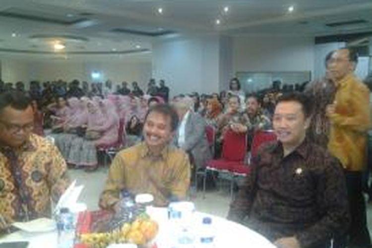 Menteri Pemuda dan Olahraga (Menpora) periode 2013-2014, Roy Suryo, bersama Menpora yang baru, Imam Nahrawi di Wisma Menpora, Jakarta, Rabu (29/10/2014).
