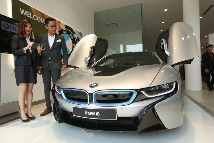 BMW i8 dipajang di diler BMW Serpong, kawasan Bumi Serpong Damai (BSD), Tangerang, Selasa (25/4/2017). Diler BMW Serpong ini merupakan diler resmi pertama di Indonesia yang memiliki akses dan fasilitas dalam menangani kendaraan-kendaraan BMW seri i.
