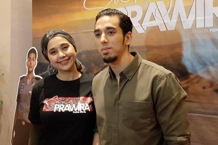 Ayu Azhari bersama putra sulungnya, Axel Djody Gondokusumo, di sela-sela gala premiere film Sang Prawira di XXI Epicentrum Walk Kuningan, Jakarta Selatan, Sabtu (23/11/2019).