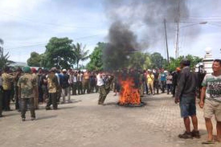 Warga Kabupaten Pulau Morotai, Maluku Utara, kembali melakukan aksi pemboikotan aktivitas pemerintahan, Senin (29/6/2015).