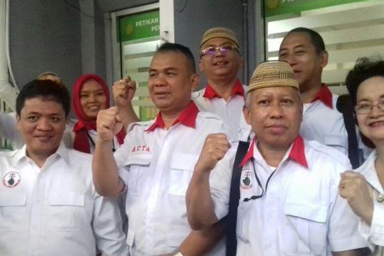 Ketua Advokat Cinta Tanah Air (ACTA) Ibnu Wahyudi serta sejumlah rekannya saat mendaftarkan gugatan praperadilan kasus pengadaan lahan Sumber Waras melawan KPK ke Pengadilan Negeri Jakarta Selatan, Rabu (1/2/2017).