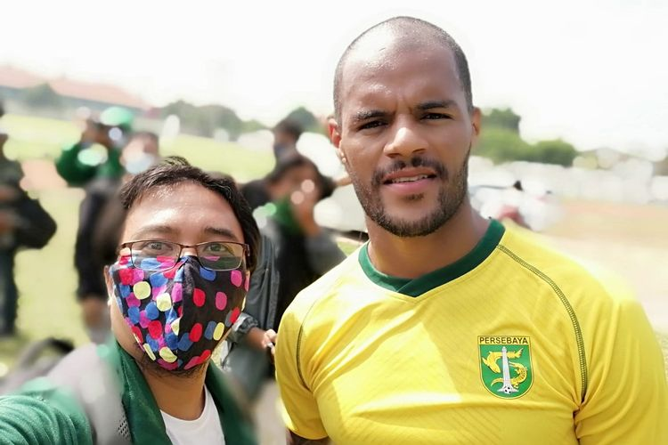 Pemain asal Brasil David da Silva foto bersama seorang suporter Persebaya Surabaya.