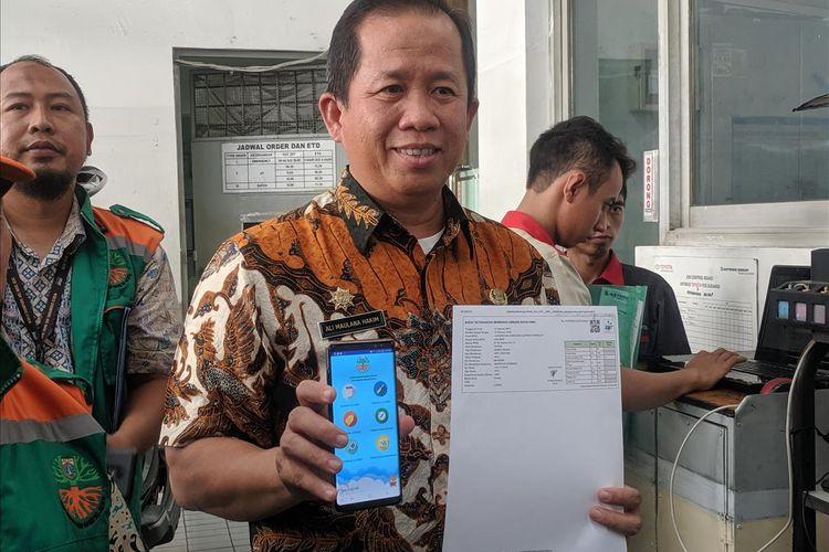 Wakil Walikota Jakarta Utar Ali Maulana Hakim melakukan pengecekkan ke salah satu bengkel yang terdaftar dalam aplikasi E-Uji Emisi di Tanjung Priok, Jakarta Utara