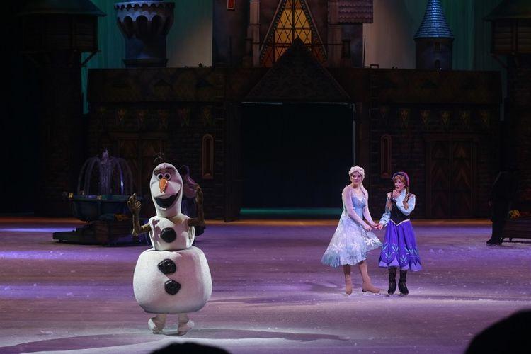 Olaf, Elsa, dan Anna dari Frozen tampil di arena es Singapore Indoor Stadium, Singapura, Rabu (14/3/2018).
