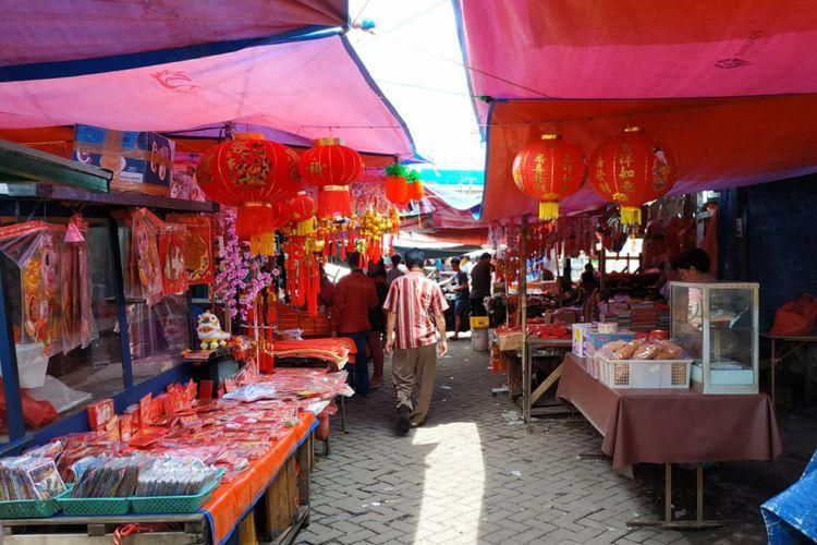 Sejumlah pernak-pernak Imlek mulai dijajakan di Pasar Lama, Tangerang, Banten. Kawasan ini memang terkenal sebagai Pecinan lantaran dihuni oleh banyak keturunan Tionghoa Benteng.