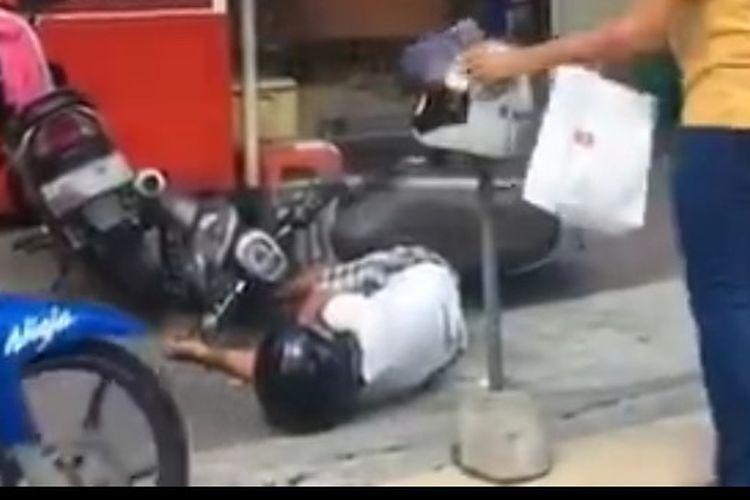 Potongan video pria terjatuh di Jalan Blambangan, Kuta.