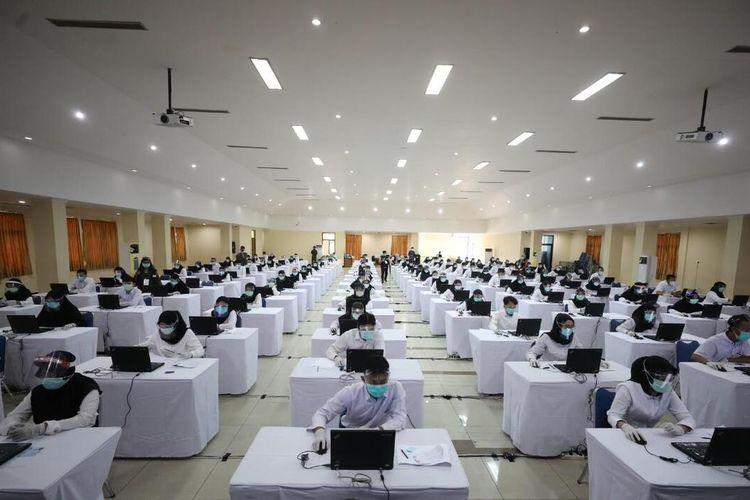 UJIAN SKB—Ratusan peserta mengikuti ujian SKB CPNSD 2019 Kota Madiun tahun 2019 di Wisma Haji Kota Madiun, Rabu (2/9/2020).
