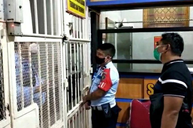 Tangkapan latar video saat Kasubdit I Dit Narkoba Polda Riau, AKBP Hardian Pratama ditolak petugas Lapas Pekanbaru untuk memeriksa seorang napi diduga pengendali narkotika jenis sabu, Kamis (29/10/2020).