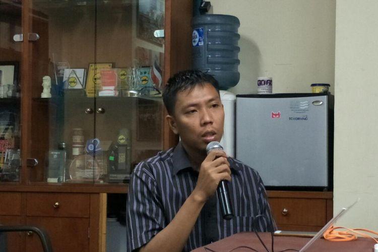 Anggota Koalisi Pejalan Kaki, Alif Supadi (33), menceritakan kisahnya saat dipukul seorang wanita yang merupakan pengemudi ojekonlinedi kawasan Jatiwaringin, Jakarta Timur, pada Senin (6/8/2018) pekan lalu. Alif menceritakan kejadian itu di kantor Koalisi Pejalan Kaki, Gedung Sarinah, Jakarta Pusat, Selasa (14/8/2018).