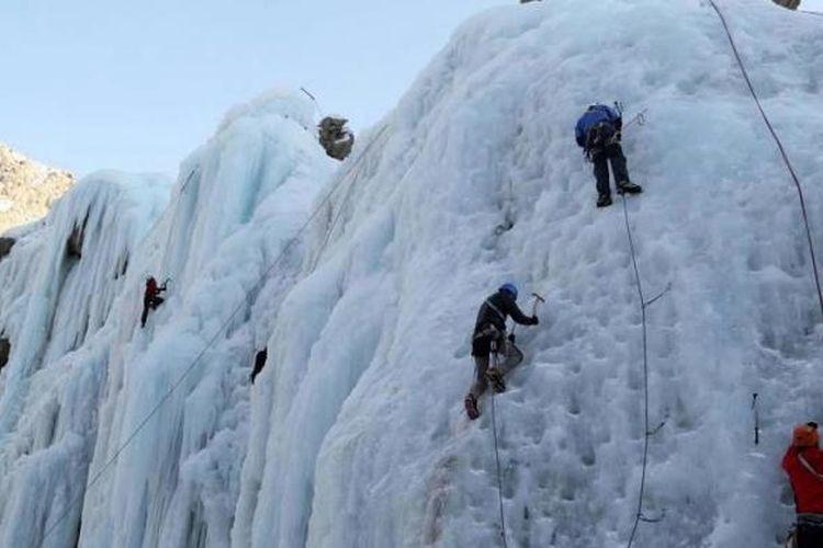 Mahasiswa Iran dari sekolah pendakian menggunakan kapak es dan sepatu dengan tapak bergerigi (crampon), mendaki air terjun beku di Desa Meygoon, 60 kilometer timur laut dari Ibu Kota Tehran di Pegunungan Alborz, 22 Januari 2016.