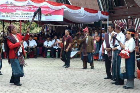 Pakai Ulos, Jokowi Ikut Karnaval Kemerdekaan Pesona Danau Toba