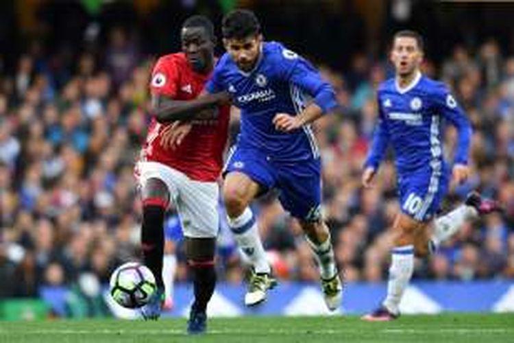Eric Bailly berduel dengan Diego Costa saat  Manchester United kalah 0-4 dari Chelsea pada partai lanjutan Premier League di Stadion Stamford Bridge, Minggu (23/10/2016).