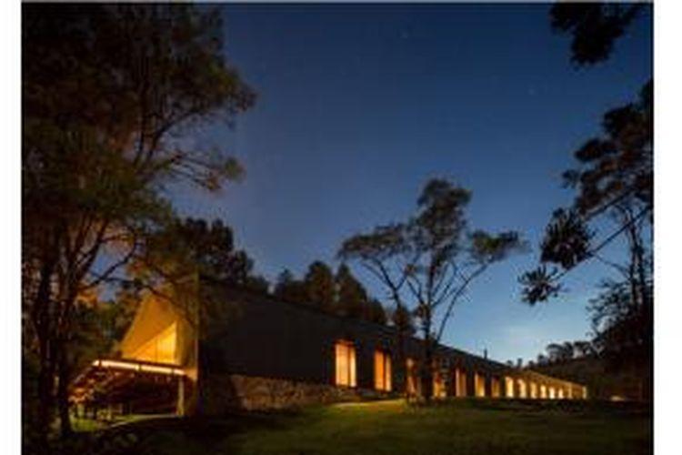 Rumah yang didesain oleh Studio MK27 ini memiliki dinding tertutup di satu sisi dan transparan di sisi lainnya. Dinamakan Casa Mororo.
