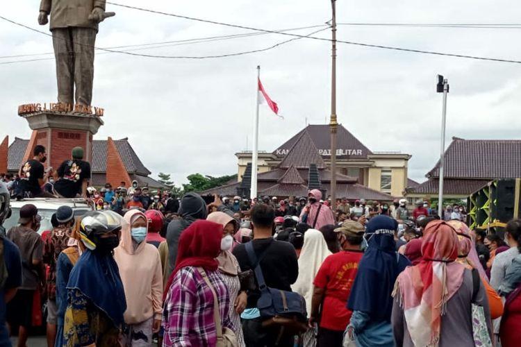 Aksi bagi-bagi telur gratis dari peternak di Blitar, Jawa Timur, menimbulkan kerumunan warga, Selasa (28/9/2021)