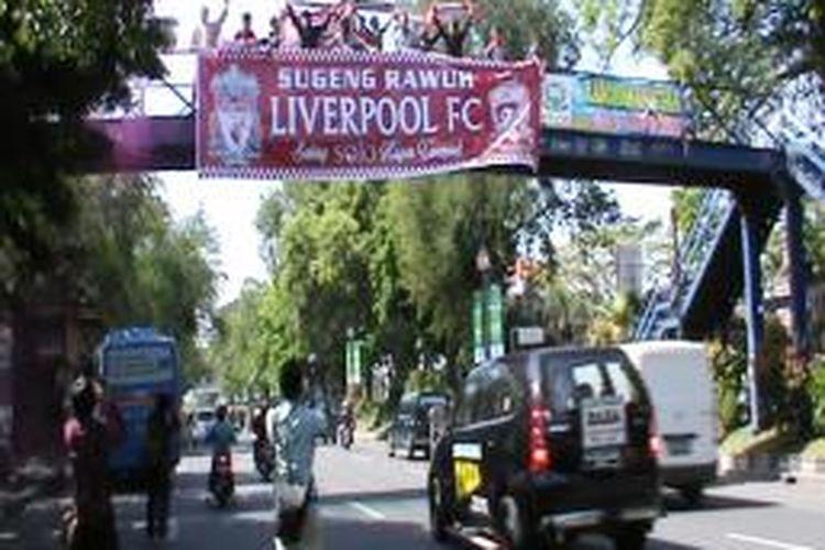 Para LIverpudlian di Solo, Jawa Tengah, penggemar tim sepak bola Liverpool, membentangkan spanduk selamat datang di Jembatan Sriwedari, Kamis (18/7/2013).
