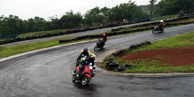 Fino Owners Indonesia (FOI) latihan menikung di Sirkuit Gery Mang, Subang, Jawa Barat, awal Februari 2015.