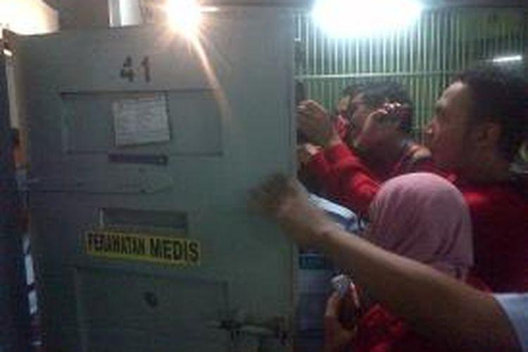 Petugas Kepolisan dan Sipir Lapas Sukamiskin memeriksa Kamar sel milik Nazaruddin, Minggu (20/10/2013)