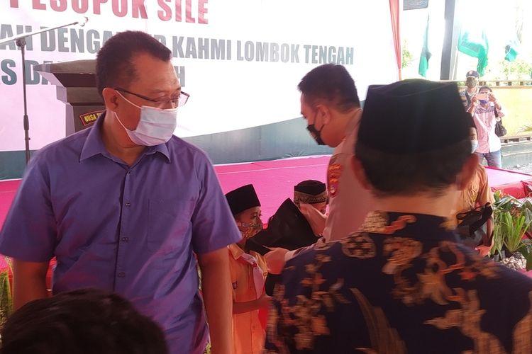 Gubernur saat memberikan santunan kepada santri yatim di Ponpes Darul Hikmah