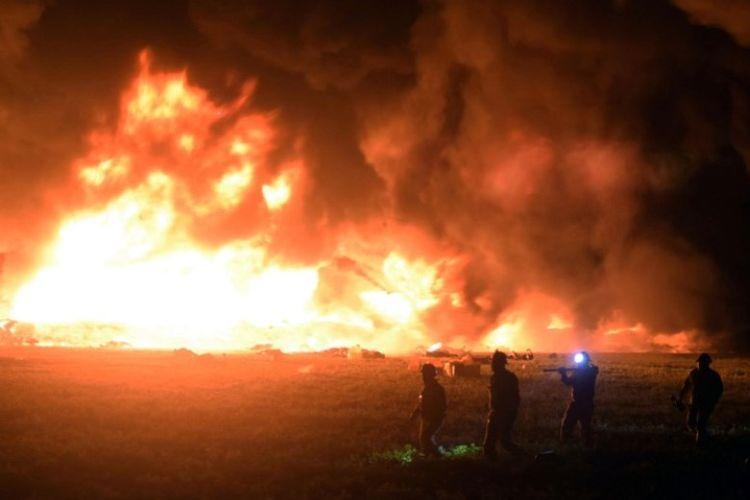 Kobaran api besar yang dipicu oleh pipa bocor di Tlahuelilpan, negara bagian Hidalgo, Meksiko, Jumat (18/1/2019). (AFP/FRANCISCO VILLEDA)