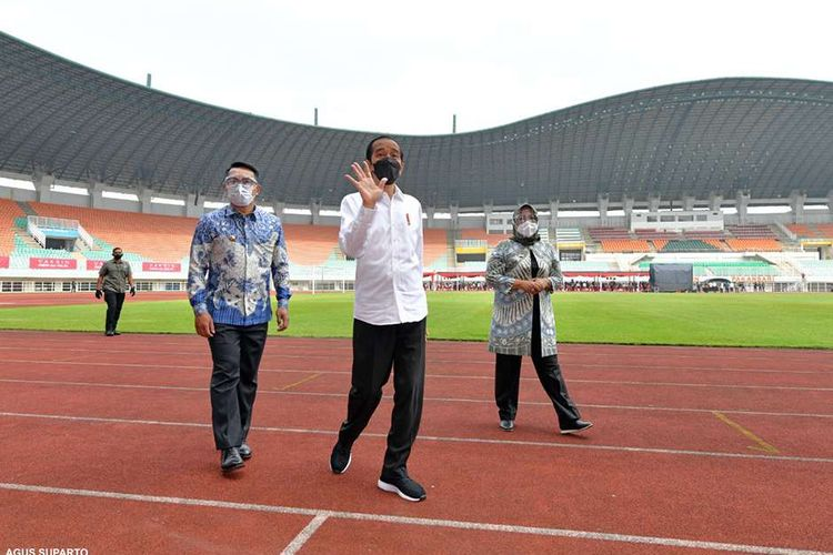 Presiden Joko Widodo meninjau pelaksanaan vaksinasi Covid-19 massal di Stadion Pakansari, Kabupaten Bogor, Jawa Barat, Kamis (17/6/2021). Vaksinasi yang digelar pada Kamis ini menyasar 10.000 peserta yang terdiri dari pelayan publik, tenaga pendidik, lansia, dan kelompok rentan.