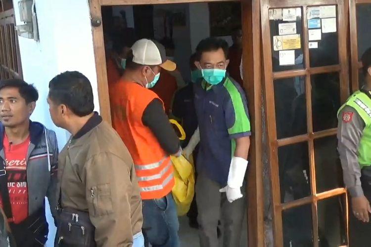 Jenazah korban dugaan pembunuhan dengan cara dibekap menggunakan bantal di Tulungagung Jawa Timur, di bawa petugas ke RSUD Dr.Iskak untuk dilakukan autopsi, setelah dilakukan Olah TKP oleh Polisi (14/02/2020)