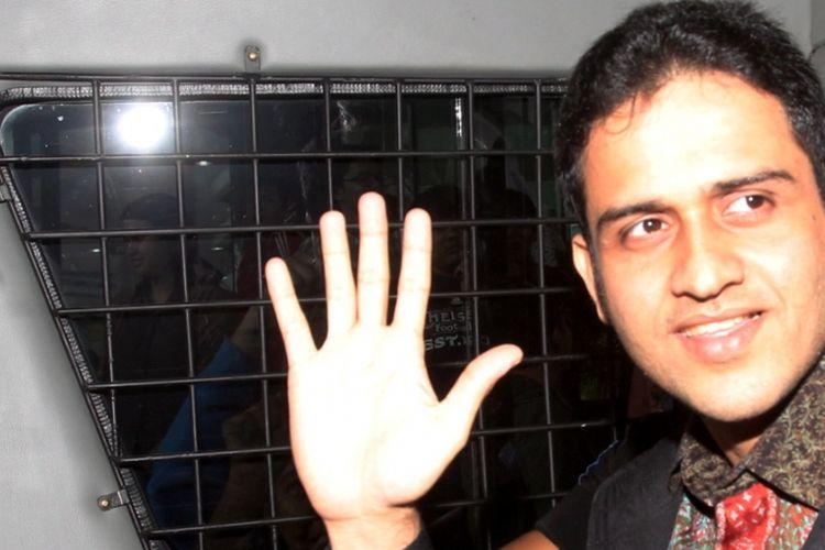 M Nazaruddin di dalam mobil tahanan. Foto diambil pada Agustus 2013