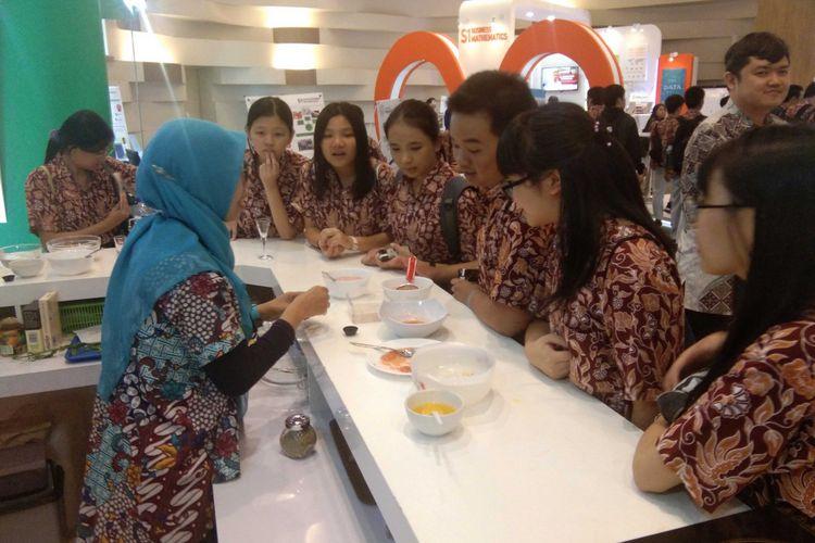 Para siswa SMA Kemurnian Jakarta antusias mendengarkan penjelasan rekayasa pangan dari dosen dalam acara Innovation Day di Kampus Prasmul BSD (3/8/2018).