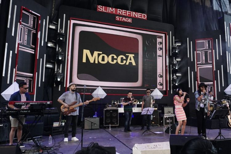 Grup band Mocca dan vokalis Burgerkill Vicky tampil bersama di panggung Slim Refine Stage, Soundrenaline 2018 yang digelar di Garuda Wisnu Kencana (GWK), Badung, Bali, Sabtu (8/9/2018).