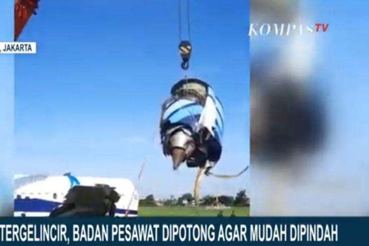 Proses evakuasi pesawat kargo Trigana Air masih dilakukan di Bandara Halimperdanakusuma, Jakarta Timur, pada hari ini, Minggu (21/3/2021).