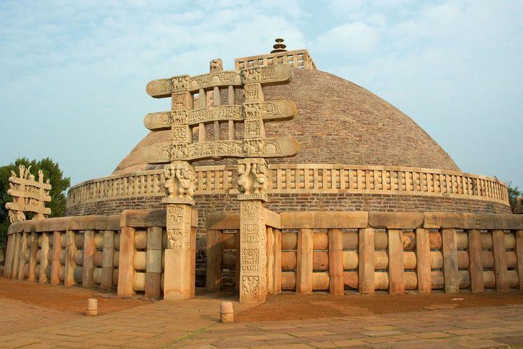 Stupa di tengah kompleks Sanchi yang dibangun oleh Kekaisaran Maurya.