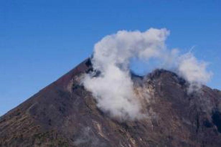 Awan menyelimuti puncak Gunung Rinjani (3726 m) di Lombok, Nusa Tenggara Barat. Puncak ini merupakan bagian dari Gunung Samalas yang meletus hingga melumpuhkan dunia pada tahun 1257. Superletusan mengakibatkan terbentuknya kaldera dan Danau Segara Anak.
