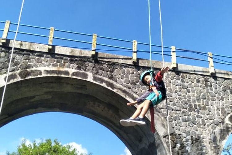 Salah satu anggota Jogjakarta Climbing Club (JCC) rappeling dari Jembatan Babarsari, Sleman.