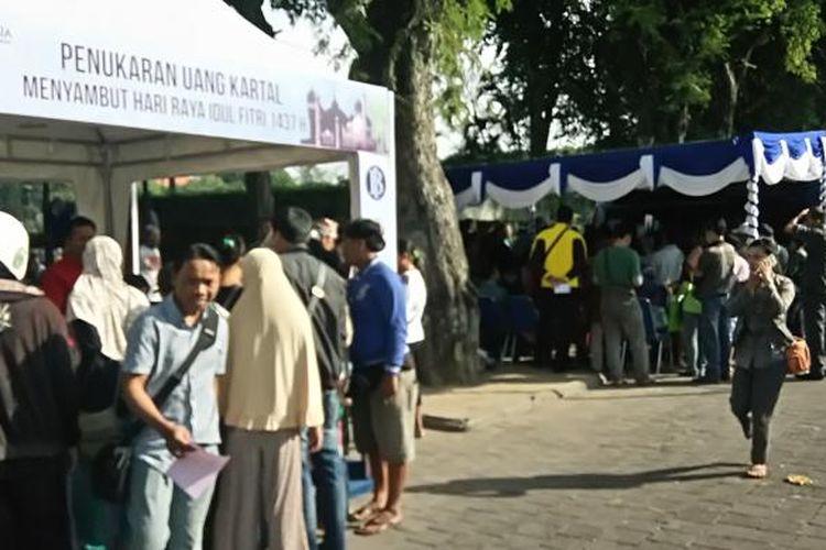 penukaran uang pecahan jelang mudik lebaran di Lapangan Puputan Denpasar,Rabu(22/6/2016)