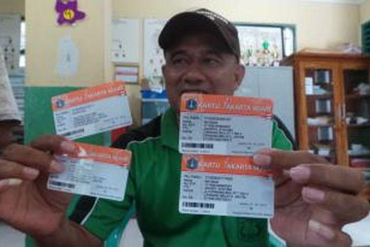 Muchtar ketua RW 03 Kelurahan Cipinang Melayu menunjukan kartu jakarta sehat (KJS) yang ditemukan salah  cetak pada identitas warga.