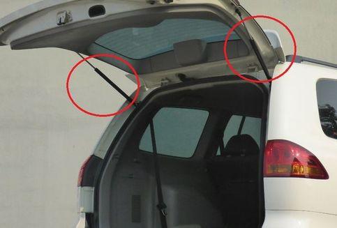 Merawat Komponen Stay Backdoor pada Pintu Belakang Mobil