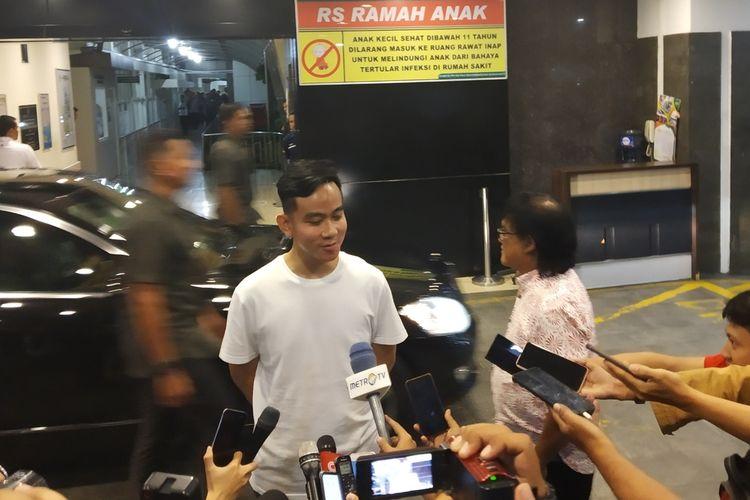 Putra sulung Presiden Jokowi, Gibran Rakabuming Raka memberikan keterangan pers kelahiran anak keduanya di RS PKU Muhammadiyah Surakarta Jalan Ronggowarsito No130, Timuran, Kecamatan Banjarsari, Solo, Jawa Tengah, Jumat (15/11/2019) malam.