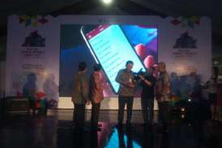 Gubernur DKI Jakarta Basuki Tjahaja Purnama memperagakan penggunaan aplikasi info Pangan Jakarta saat acara peluncuran di Festival Smart Money Smart City di Golf Driving Range di Senayan, Jakarta, Kamis (2/6/2016).