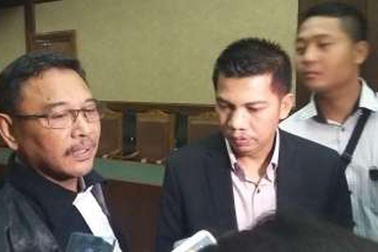 Direktur PT Windhu Tunggal Utama Abdul Khoir dan pengacaranya Khaeruddin Masaro di Pengadilan Tindak Pidana Korupsi, Jakarta, Senin (23/5/2016).