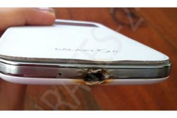 Samsung Galaxy S4 milik Sarah Shurrub, warga Abu Dhabi, Uni Emirat Arab, terbakar saat terhubung ke listrik untuk mengisi daya baterai.