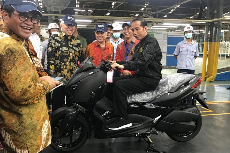 Presiden Joko Widodo mencoba menaiki Yamaha Xmax saat berkunjung ke pabrik Yamaha di Pulo Gadung