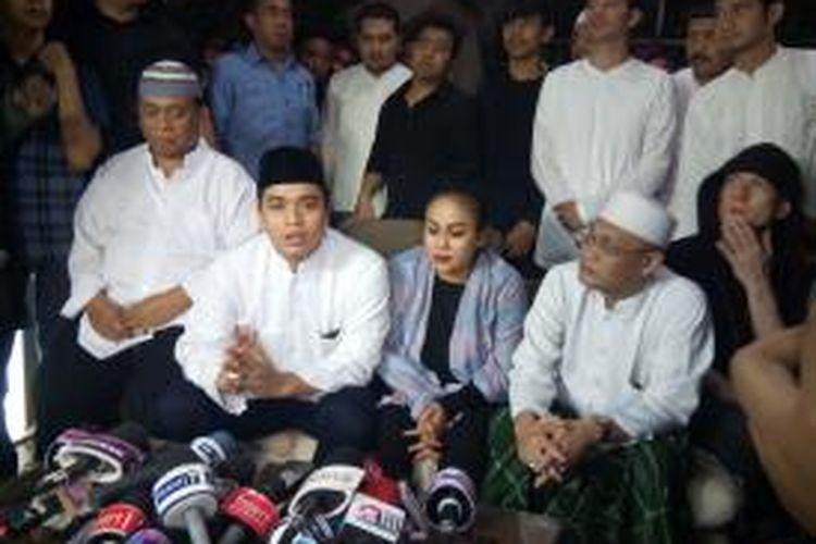 Keluarga dan kerabat Olga Syahputra: (duduk di kursi dari kiri ke kanan) Nur Rahman (ayah), Bily Syahputra (adik kandung), Mak Vera (manajer), dan Habim Salim Alatas atau Habib Seleon, menggelar jumpa pers usai tahlilan tujuh hari meninggalnya Olga Syahputra, di Perumahan Kavling DKI, Jalan Kresna Raya No.4 RT11/RW06, Duren Sawit, Jakarta Timur, Jumat (3/4/2015) malam.