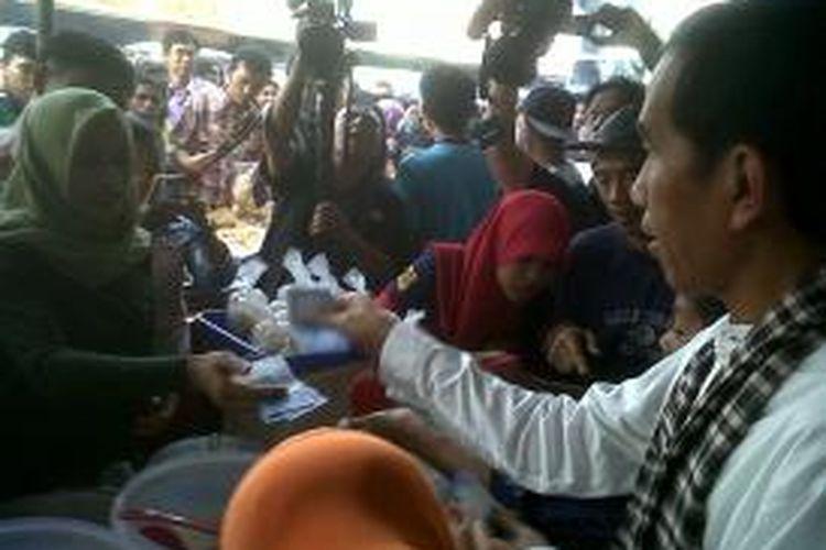 Gubernur DKI Jakarta Joko Widodo memborong takjil (hidangan berbuka puasa), di Pasar Benhil, Jakarta, Jumat (12/7/2013).